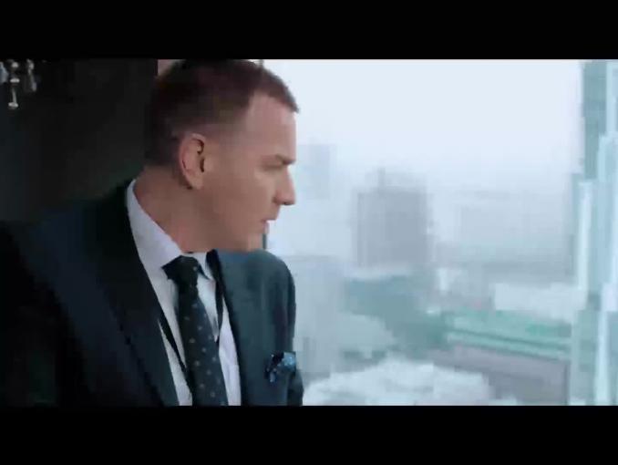 """""""Czerwony punkt"""" - Ewan McGregor w kampanii reklamującej Showmax.pl"""