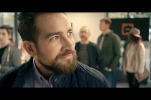Wachlarze, dywan i chór w reklamie Orange Love dla Firm