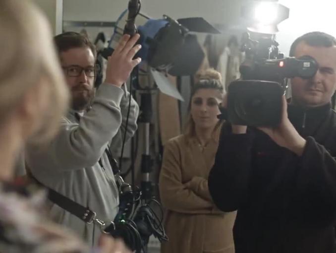 Agnieszka Jastrzębska bierze pożyczkę na bluzę w reklamie Orange Finanse