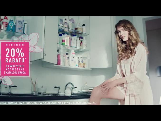 Żona Napoleona reklamuje promocję cenową kosmetyków w Carrefourze