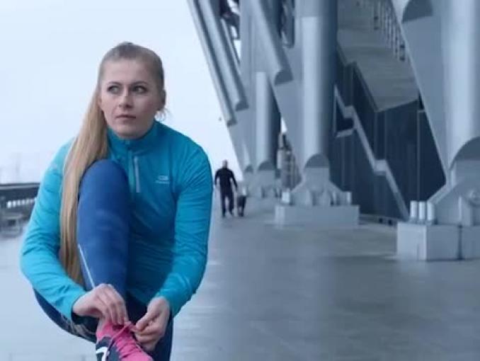 Biegaczka, rowerzysta i pies w reklamie sklepów Decathlon