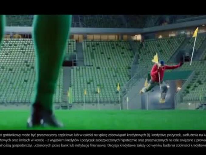 Łukasz Fabiański z fruwającym pracownikiem reklamują kredyt Zero Ciążenia w BZ WBK