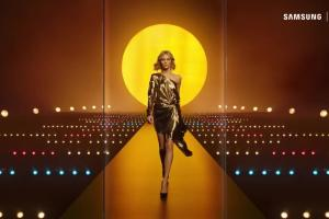 Anja Rubik reklamuje Samsung Galaxy S8 w Orange Love