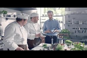 Pochwały dla kucharzy za śledzika w spocie Orange Love dla Firm