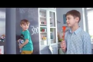 Woda Kubuś Waterrr reklamowana przez dzieci jako czysta i bez gazu