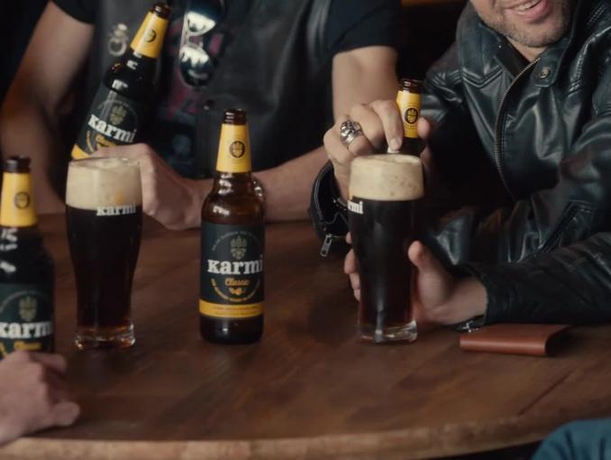 Penelope Cruz reklamuje piwo Karmi z motocyklistami w pubie