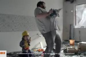 Psikus dziecka z wiertarką w reklamie OBI
