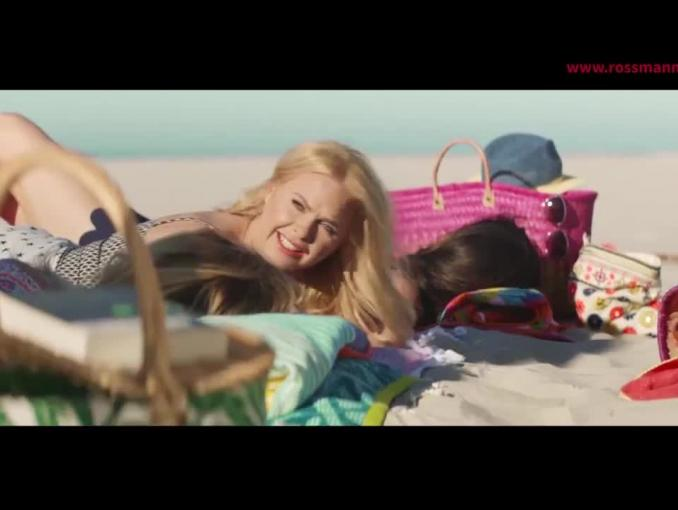 """""""Przyjaciółki"""" na plaży w wakacyjnej reklamie Rossmanna"""
