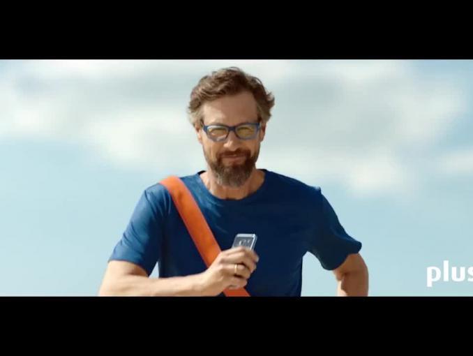 Szymon Majewski ratuje Macademian Girl smartfonem w reklamie Plusa