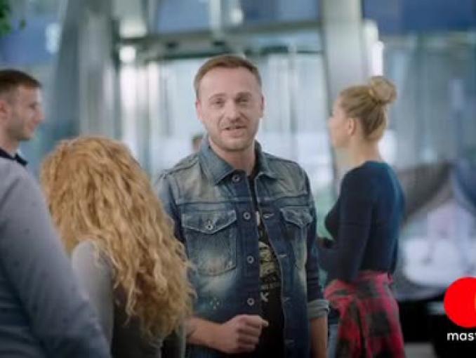 Mateusz Gessler reklamuje BezcenneNiespodzianki.pl od Mastercard