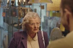 Babcia kupuje komputer dla wnuczka w reklamie x-kom