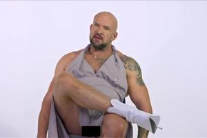 Tomasz Oświeciński w sukience reklamuje Showmax