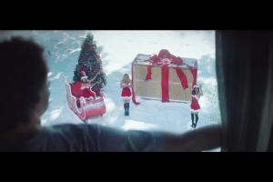 Bożonarodzeniowe prezenty w reklamie piwa Warka