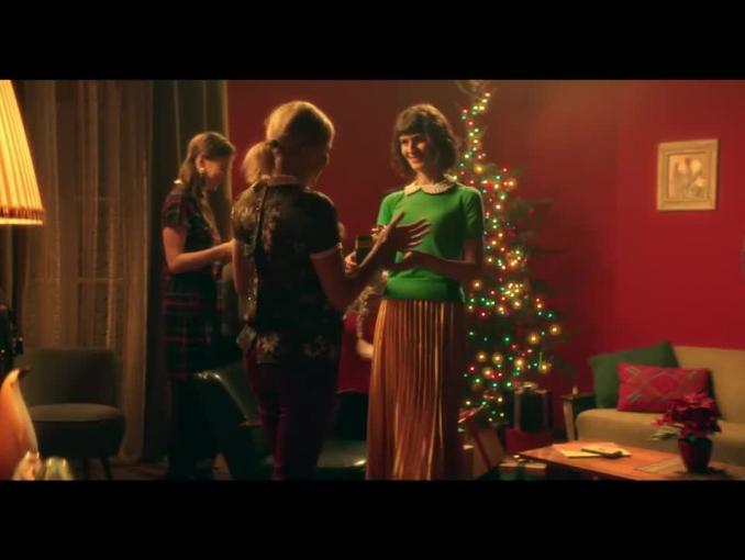 Zosia robiąca prezenty bożonarodzeniowe w reklamie aplikacji mobilnej Ceneo.pl