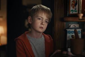 Babcia opowiada wnuczkowi o grze w reklamie x-kom