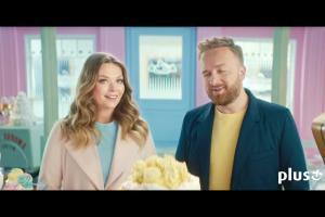 Szymon Majewski jako cukiernik z Tamarą Arciuch i Bartkiem Kasprzykowskim reklamują abonament w Plusie