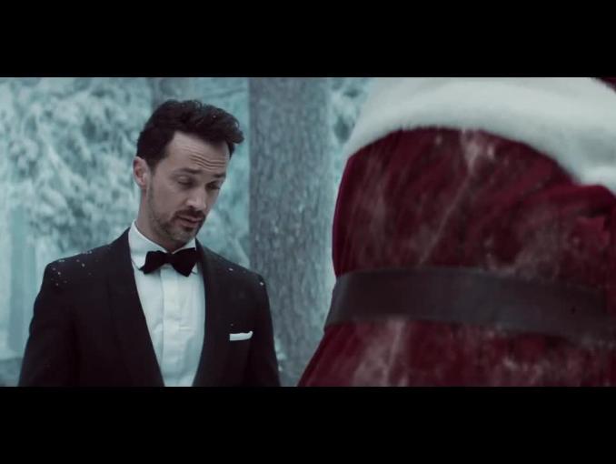 nc+  reklamuje poświąteczną wyprzedaż - spot z wiszącym Świętym Mikołajem