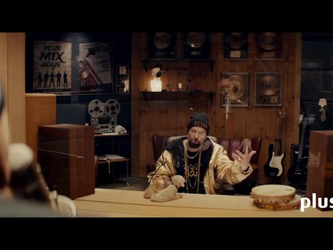 Szymon Majewski i beatboxer Dharni w studiu nagraniowym reklamują Ja+ Mix w Plusie