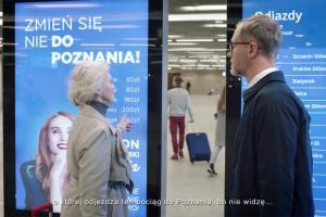 Pomoc na dworcu w reklamie wyprzedaży Vision Express