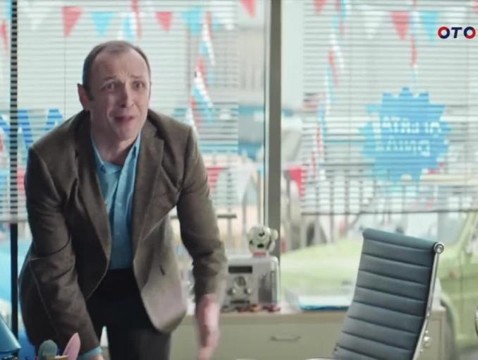 Klient bez głowy kupuje samochód w kampanii Otomoto