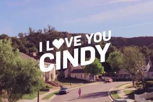 Tańcząca Cindy Crawford  w reklamie Reserved w stylu lat 80.