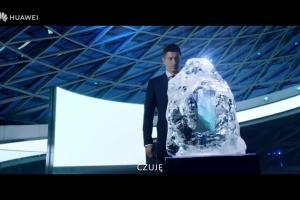 Robert Lewandowski i Gal Gadot reklamują smartfon Huawei P20 Pro