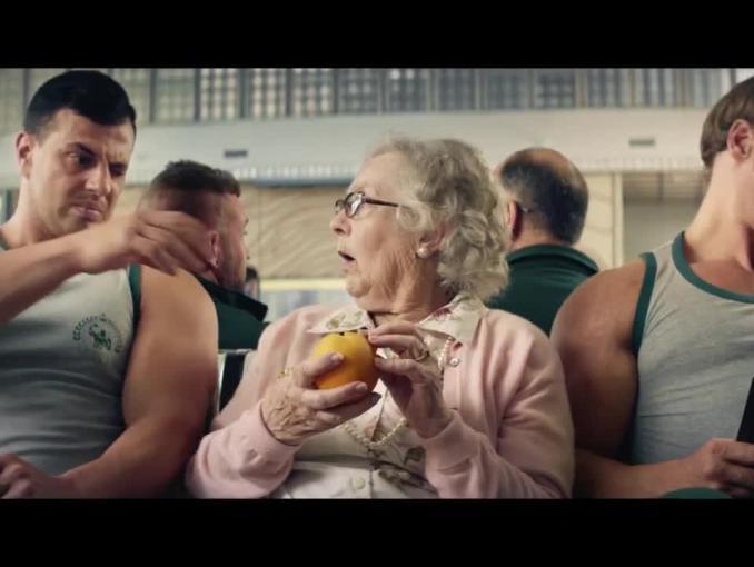 """Niesforna pomarańcza w spocie Tymbark """"Wygodne owoce to mus"""""""