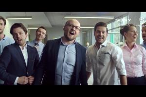 Szymon Majewski reklamuje Ligę Mistrzów na smartfonach w Plusie