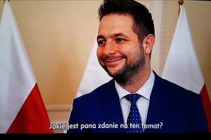 Patryk Jaki krytykuje TVN24 w spocie autopromocyjnym TVP Info