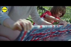 """Piknikowy spot reklamuje """"tanią sobotę"""" w Lidlu"""