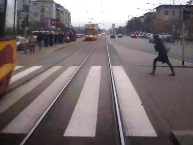 Szokujące nagrania potrąceń w akcji społecznej Tramwajów Warszawskich