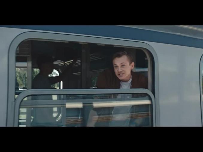 Szymon Majewski jako konduktor promuje Plusa