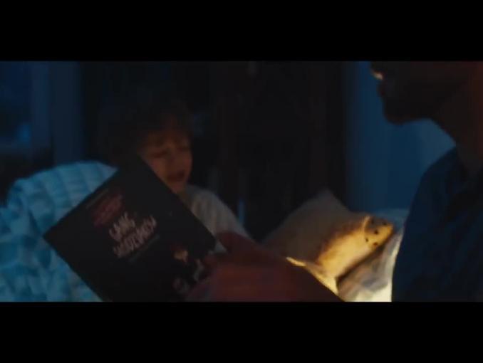 """Czytanie dzieciom do snu reklamuje """"Gang Słodziaków"""" w Biedronce"""
