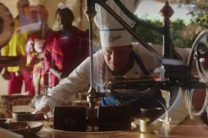 Zebra opowiada o kakao w reklamie gorzkiej czekolady Wedel