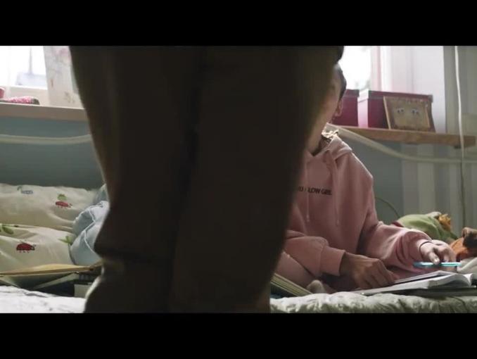 Spot ostrzegający przed dostępem dzieci do pornografii