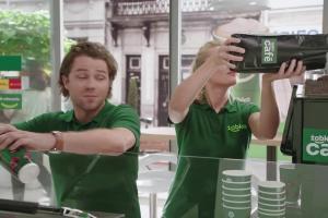 Wielbiciel kawy w reklamie sklepów Żabka