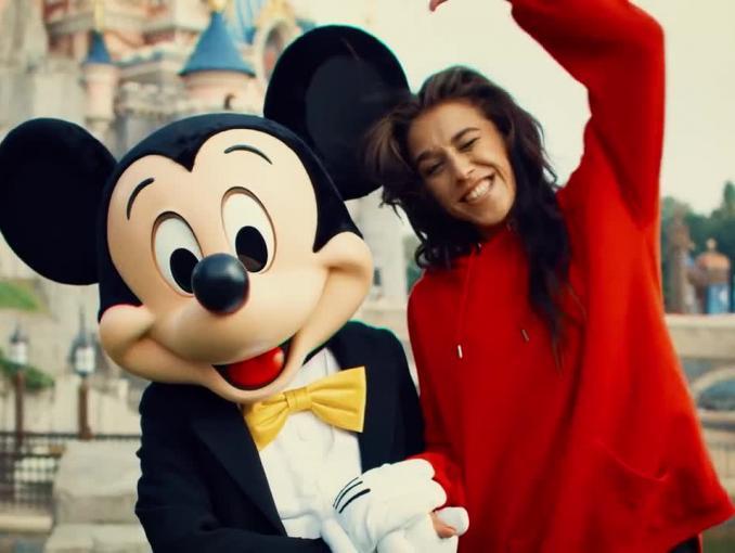 Joanna Jędrzejczyk reklamuje kolekcję odzieży House z Myszką Miki