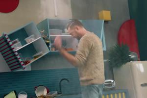 Marcin Propop reklamuje ubezpieczenie mieszkaniowe w Warcie