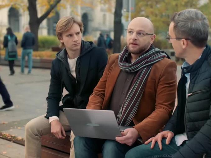 """""""Pomaganie przez zbliżanie"""" w PKO BP - spot z Maciejem Kurzajewskim i Maciejem Musiałem"""