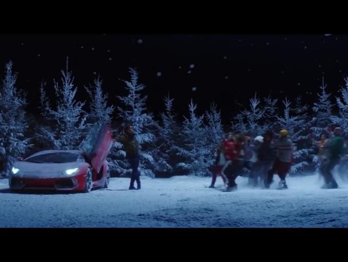 Kuba Wojewódzki i Święty Mikołaj w reklamie Oranżady Hellena