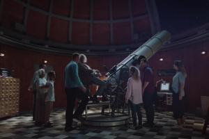 Spojrzenie przez teleskop w reklamie Vision Express