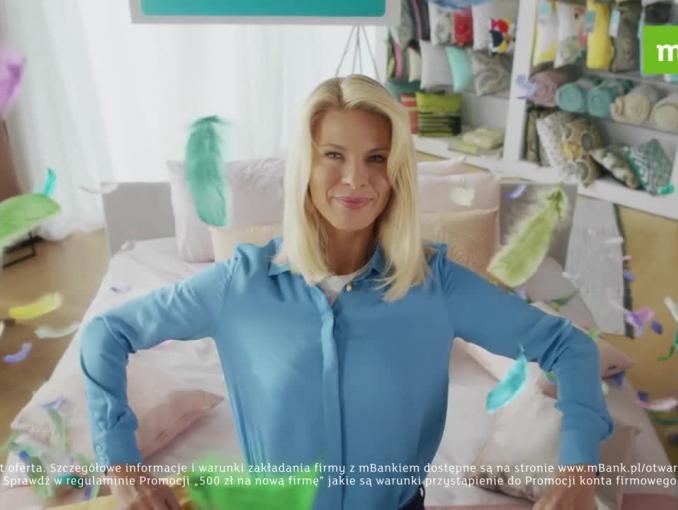 Radość ze sklepu z poduszkami w reklamie mBanku