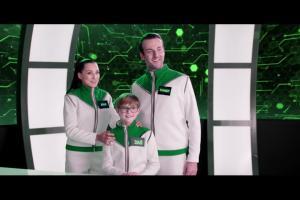 Szymon Majewski prowadzi teleturniej w reklamie internetu światłowodowego w Plusie