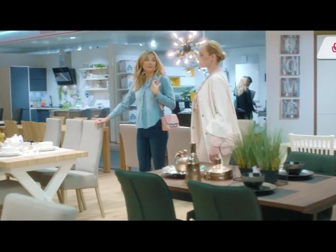 Małgorzata Socha szuka stołu w spocie salonów Agata