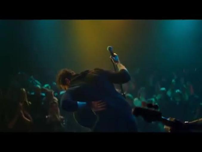 Mama pomaga muzykowi rockowemu w spocie Etopiryny Max