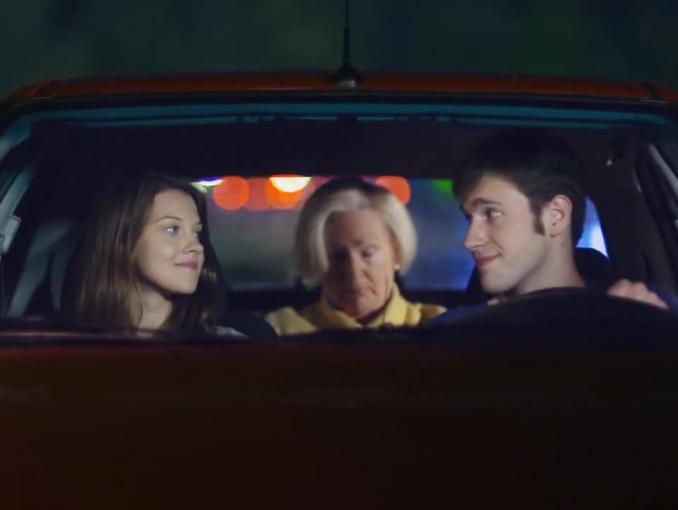Randka z babcią w aucie promuje OC i AC dla młodych kierowców w PZU