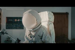 Kosmonauta z odkurzarzem reklamuje 100-procentowy internet światłowodowy w Orange