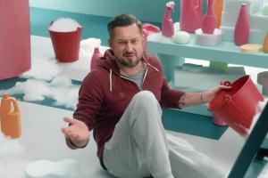 Marcin Prokop myje okno w reklamie Warty