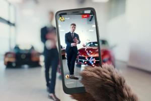 Plushak w salonie samochodowym reklamuje Plush na kartę