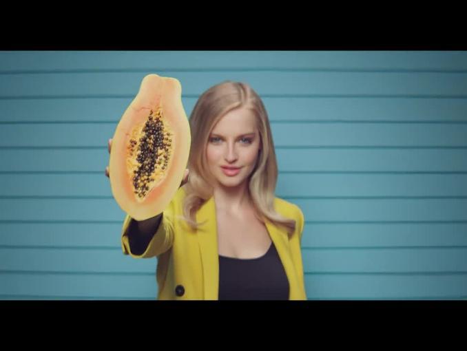 Modelka Karolina Pisarek reklamuje kosmetyki Cien Food for Skin w Lidlu